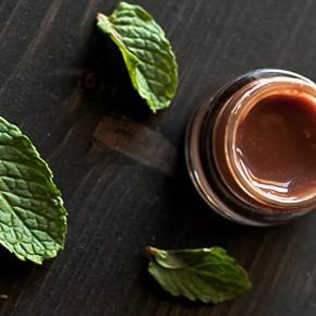 Шоколадно-мятный блеск для губ домашнего приготовления.